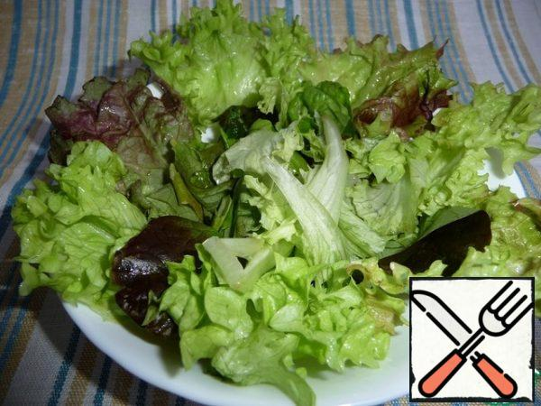 Wash the lettuce leaves, dry them with a paper towel, and pick them coarsely.