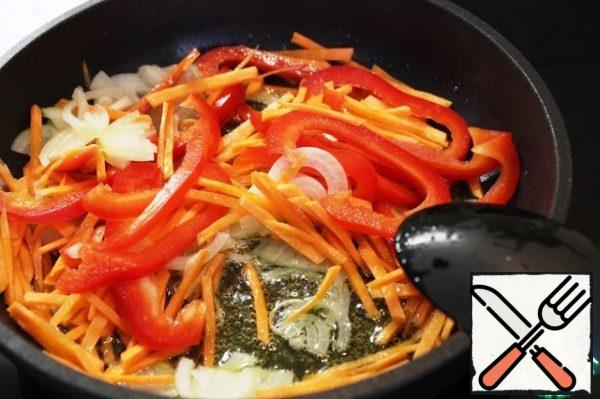 Fry the vegetables in three tablespoons of olive oil over high heat for 5 minutes.