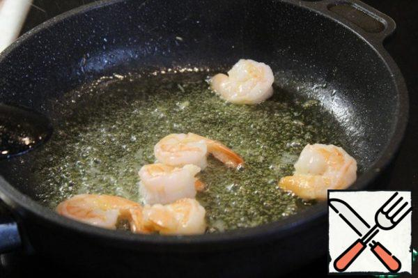 I fry the prawns in the remaining olive oil and let the liquid evaporate from them.