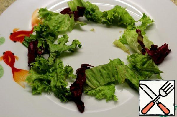 On the dish I spread the lettuce leaves, a wreath.