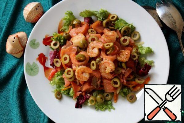 On top of vegetables, pieces of fish, shrimp, pour the sauce formed when stewing vegetables (I had one tablespoon) and decorate with olives. If desired, you can add spice by seasoning a little balsamic vinegar.