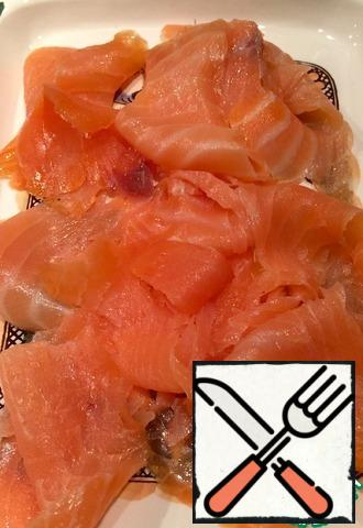Disassemble the smoked salmon. Place on a plate.