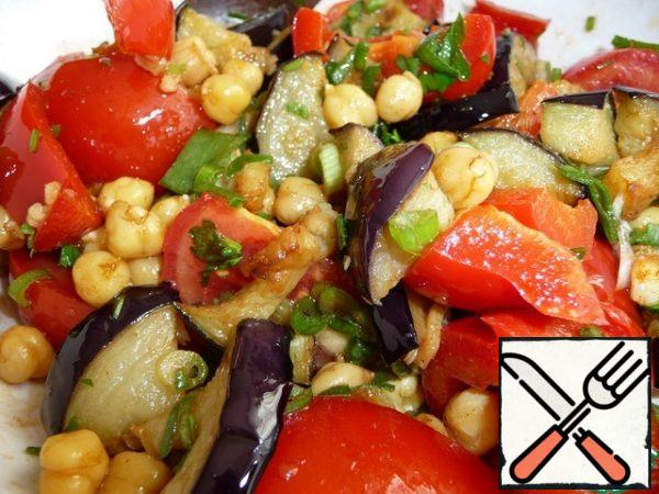 Mix everything together and the salad with eggplant and chickpeas is ready. If necessary, add salt to taste and add lemon juice if desired. The salad can be served immediately, it is delicious in a couple of hours.