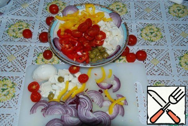 Onion cut into half rings. Pepper strips. Tomatoes in half. Mozzarella in small cubes. Put the olives intact.