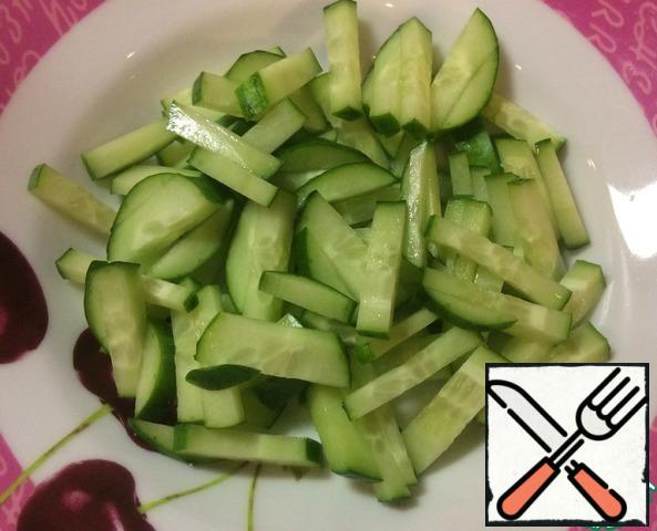 Boil the rice in salted water, remove the bag from the water and leave to cool. Cut the cucumber into strips.
