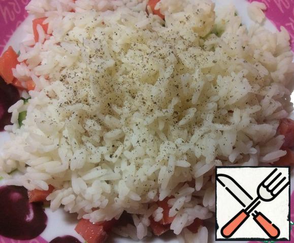 Add the cooled rice and a pinch of ground black pepper.
