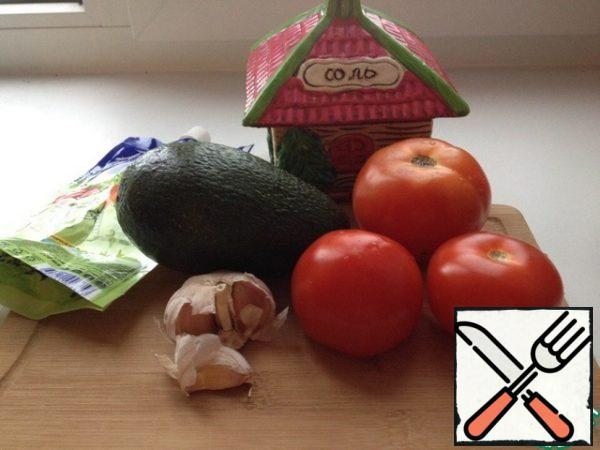 These are the ingredients we need. I cooked dinner on my own, so I took half an avocado, 2 small tomatoes and a slice (but a large one) of garlic. It turned out to be a decent portion: for my dinner just right, but for a friend a lot, so I indicated that I would get 1-2 servings.