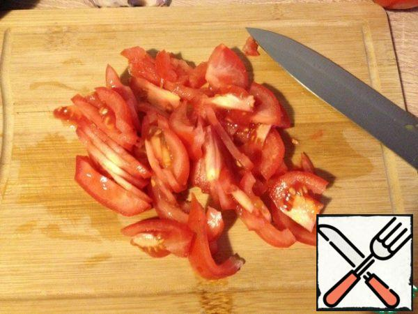 Tomatoes cut into slices, if the tomatoes are large, you can still cut the slices in half.