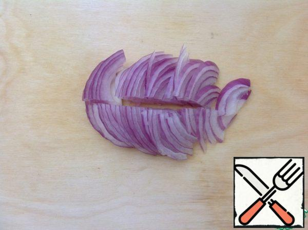 Peel the onion and cut into half rings.