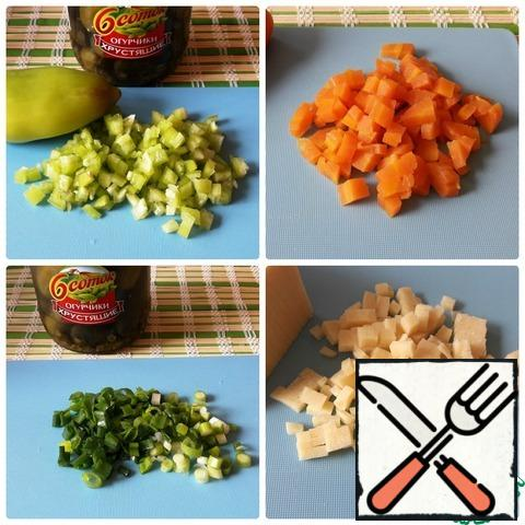 Bulgarian pepper, boiled carrots, cheese cut into cubes. Finely chop the green onions.