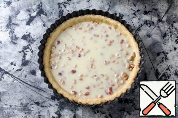 Bake the tart at 180 g in a preheated oven, 35-40 minutes, until caramel color.