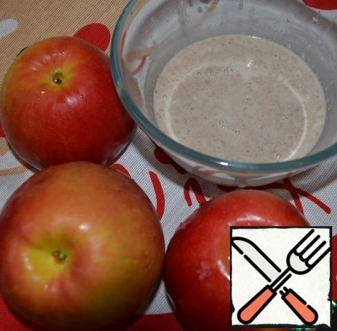 Wash the apples. Melt the butter. Soak raisins in brandy. In a bowl, mix warm milk, sugar, yeast, 1 tbsp. flour (from the total amount). Put the dough for 10 minutes in a warm place.