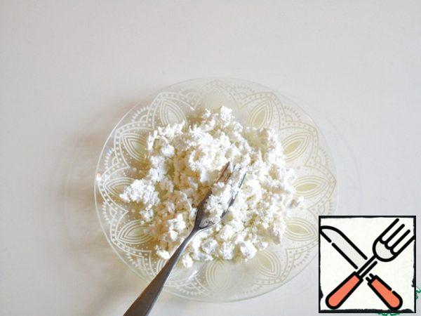 Take cottage cheese is not dry and RUB with a fork until smooth.