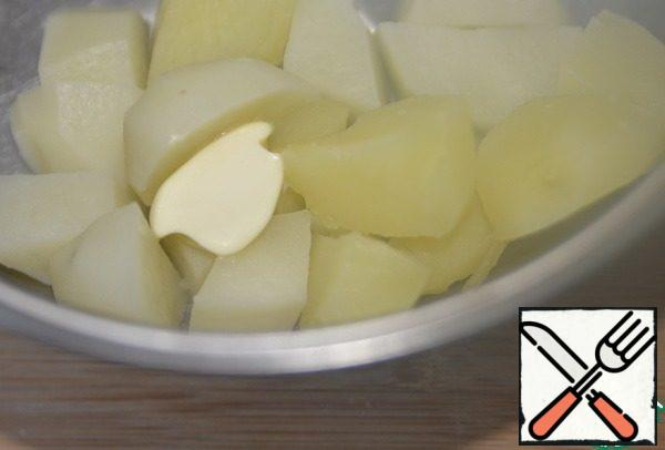 """While preparing the meat base of """"cakes"""", prepare the usual mashed potatoes: fill the sliced potatoes with water, put salt and cook until ready. Drain the water, put the butter in the potatoes, pour the cream."""
