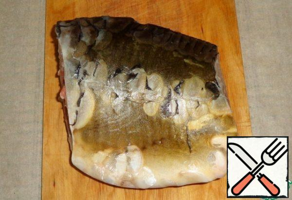 Gut and clean the carp, cut off the head and tail. It is this part that is convenient to bake and eat, since there are mainly large bones.