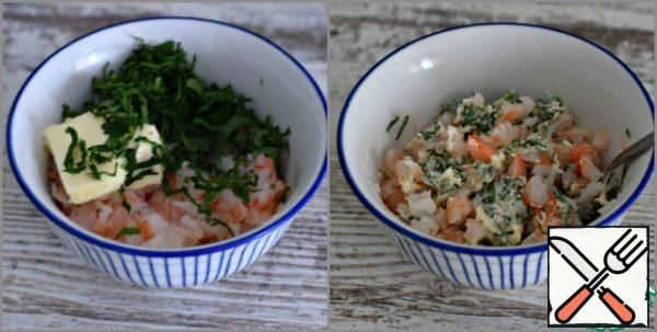 Finely chop the boiled prawns and mix them with soft butter (the remaining 20 grams) and chopped parsley. The weight of already peeled shrimp is given.