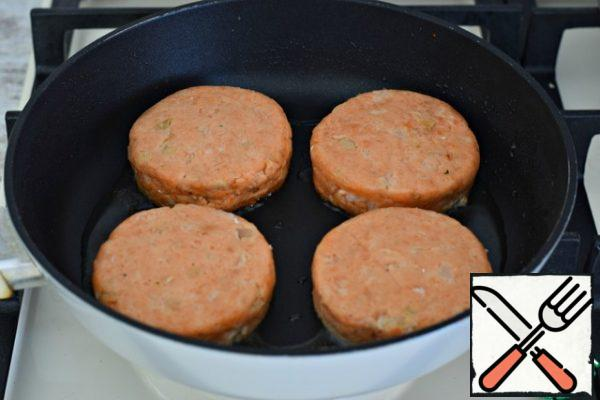 Fry the cutlets in well-heated vegetable oil over a moderate heat. Three or four minutes on one side...