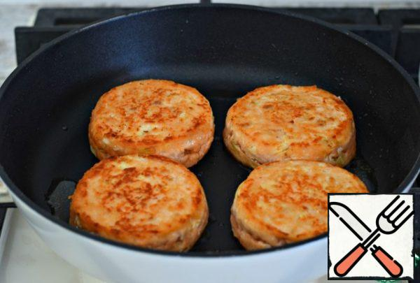 ... then turn over, fry for another minute, reduce the heat to low, cover the pan with a lid and cook the cutlets for another five minutes. Everything is ready!