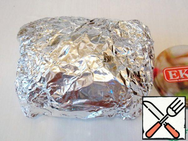 Tightly wrap the meat in foil, so that there are no holes and cracks. Put it in the refrigerator for one hour.
