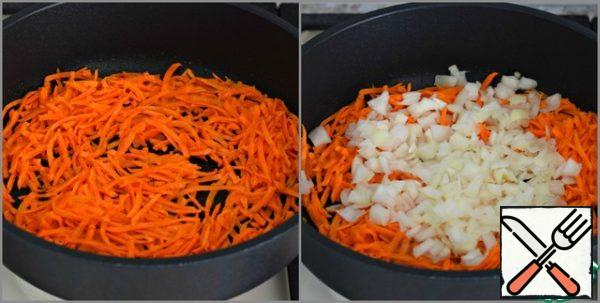Fry the vegetables in vegetable oil (2 tbsp) until half cooked. (first the carrots for about three minutes, then add the onion)