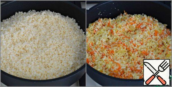 Put the chopped cauliflower in a pan with the carrots and onions and mix. Pour water into the pan, cover with a lid and cook the vegetables for 10-12 minutes, stirring occasionally. The fire is active.