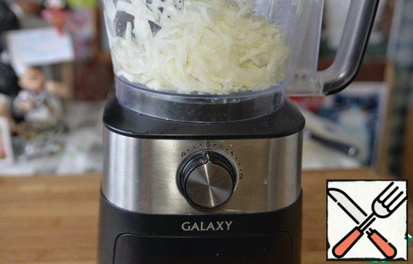 Peel the onion and cut it into strips. For this purpose it is convenient to use the shredder of a food processor.