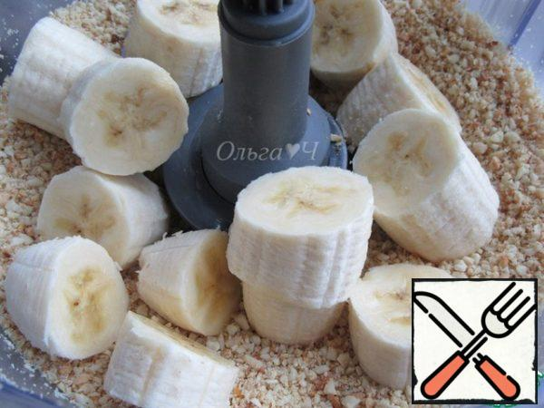 Chop for 15-20 seconds, add coarsely chopped bananas.