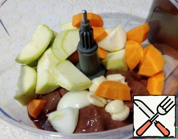 In the bowl of the combine, insert a knife for chopping, lay out the products: liver, carrots, zucchini, onions, garlic, punch until completely crushed. It only takes a minute and a half or two.