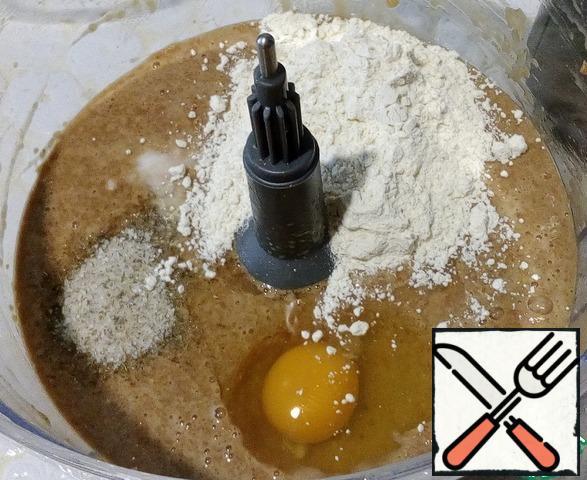 In the crushed mass, add pepper, salt ( I have Adygea), flour, soda, egg-beat a few seconds more, the dough is liquid.