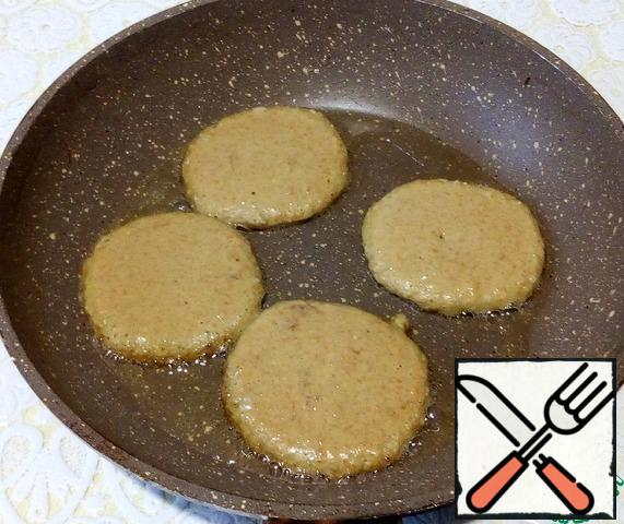 Preheat a frying pan with vegetable oil and bake the same pancakes over a low heat.