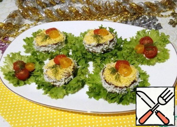 To serve, place on lettuce leaves and decorate with cherry tomato rings. Enjoy your meal!