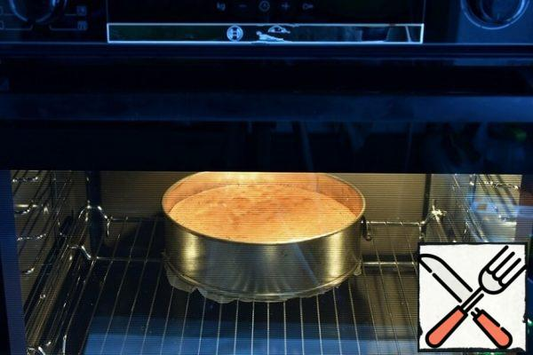 Put the form with the dough in a preheated oven and bake for half an hour.