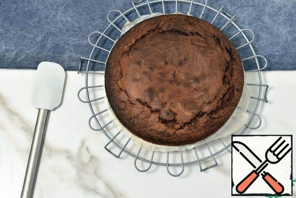 Cool the cake on the grill. Lightly sprinkle the brandy on top. Then wrap in plastic wrap and remove to a cool place - from a couple of hours to several days. If there is no time at all - you can only cool it, it will also be delicious.