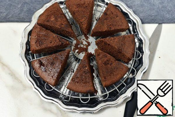 Cut the matured cake into sectors and put it on the grid, leaving small gaps between the pieces.