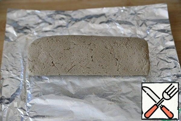 Turn the pate with carrots into a roll, helping with foil. Wrap the roll in foil. Store in the refrigerator until serving (at least 1 hour).