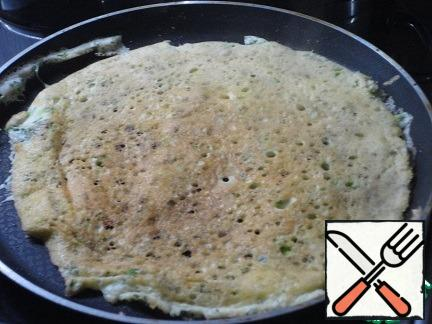For pancakes, lightly beat the eggs, add salt, mix with finely chopped herbs and bake in a greased frying pan. Even a pancake pan with a non-stick coating, I smeared, because the pancakes are very tender, I was afraid to break when turning, but everything worked out. The diameter of the pan is about 26-27 cm. it Turned out two pancakes. Cut them into three segments.