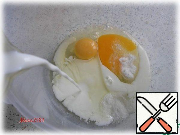 Mix 2 eggs with 0.5 tsp of soda, 1 tsp of salt and 1 pinch of sugar. Add 250 ml of warm milk and mix thoroughly until smooth.
