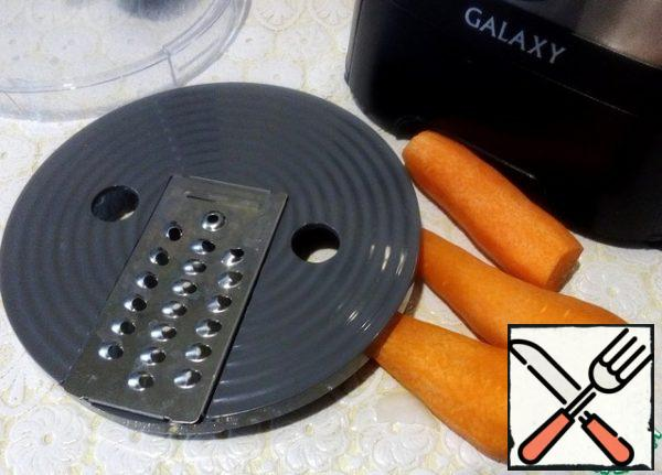 Change the nozzle and grate the carrots.