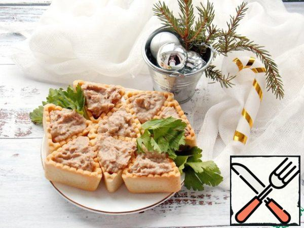 Fill the tartlets with our pate, decorate with parsley and serve.