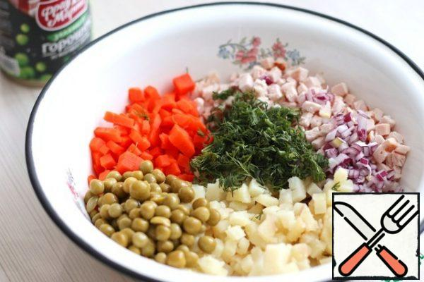 Combine all the components of the salad in a bowl, add canned peas (3 tablespoons), add fresh dill (1).). Season the salad with mayonnaise.