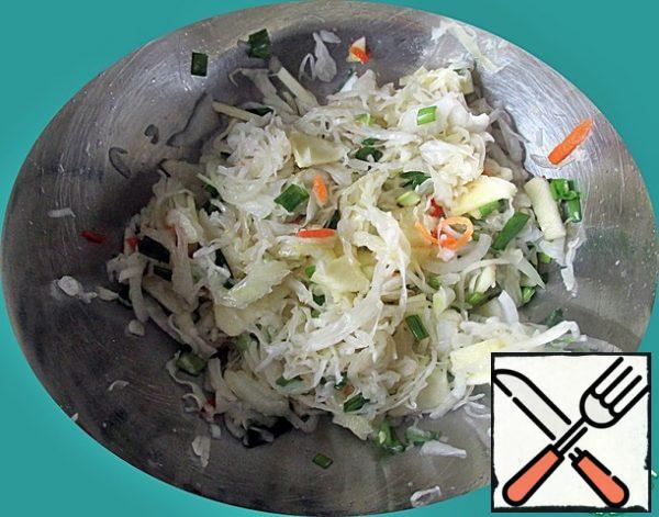 In a bowl, put the sauerkraut squeezed from the juice, Apple and onion. Stir. Pour the sauce and mix again. Leave the salad to infuse for 30 minutes.