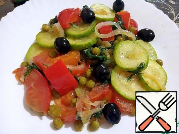 Spread the salad on a warmed plate, decorate with olives.
