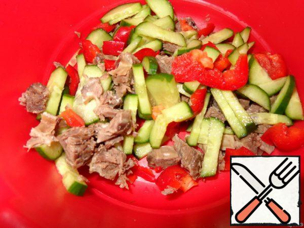 Boiled meat is finely cut, or tear with your hands on the fibers. Fresh cucumber, bell pepper cut into strips.In mix everything together.