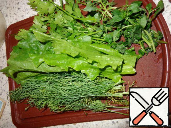 I had this bunch of greens that my mother grew in the garden. For those who don't like coriander, you can replace it with parsley. In General, a set of greens can be any to your taste.