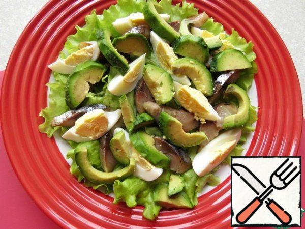 Clean the avocado, remove the bone, cut into slices, sprinkle with lemon juice and add to the salad.