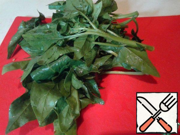 Wash the spinach and separate the soft parts. Cut or pick.