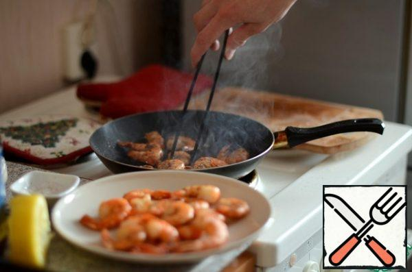Shrimps are cleaned from the shell, leaving the tail. Sprinkle with salt and black pepper (to taste) and fry in olive oil for about 1-2 minutes on each side.