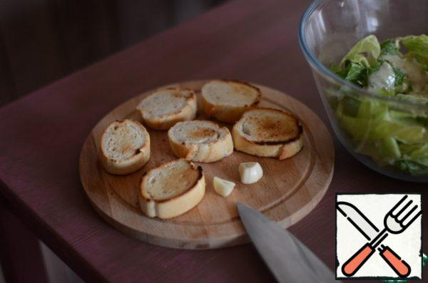 For croutons, take a couple of pieces of ordinary French baguette, RUB them with garlic and put them in a pan without oil. Fry on each side until Golden brown.