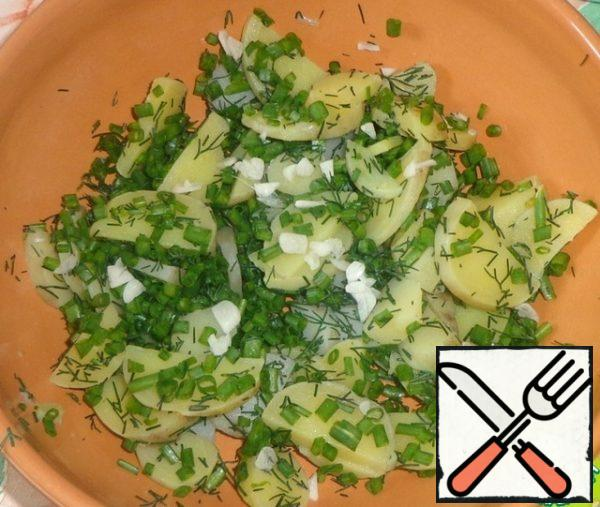 Peel the young garlic and finely chop it. Add to the potatoes and greens.