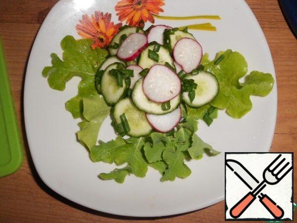 Put the radish, cucumber and green onion on the salad leaves. Cut the mozzarella into slices and put it on the vegetables.